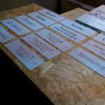 Таблички на дистанционных держателях с объемными буквами